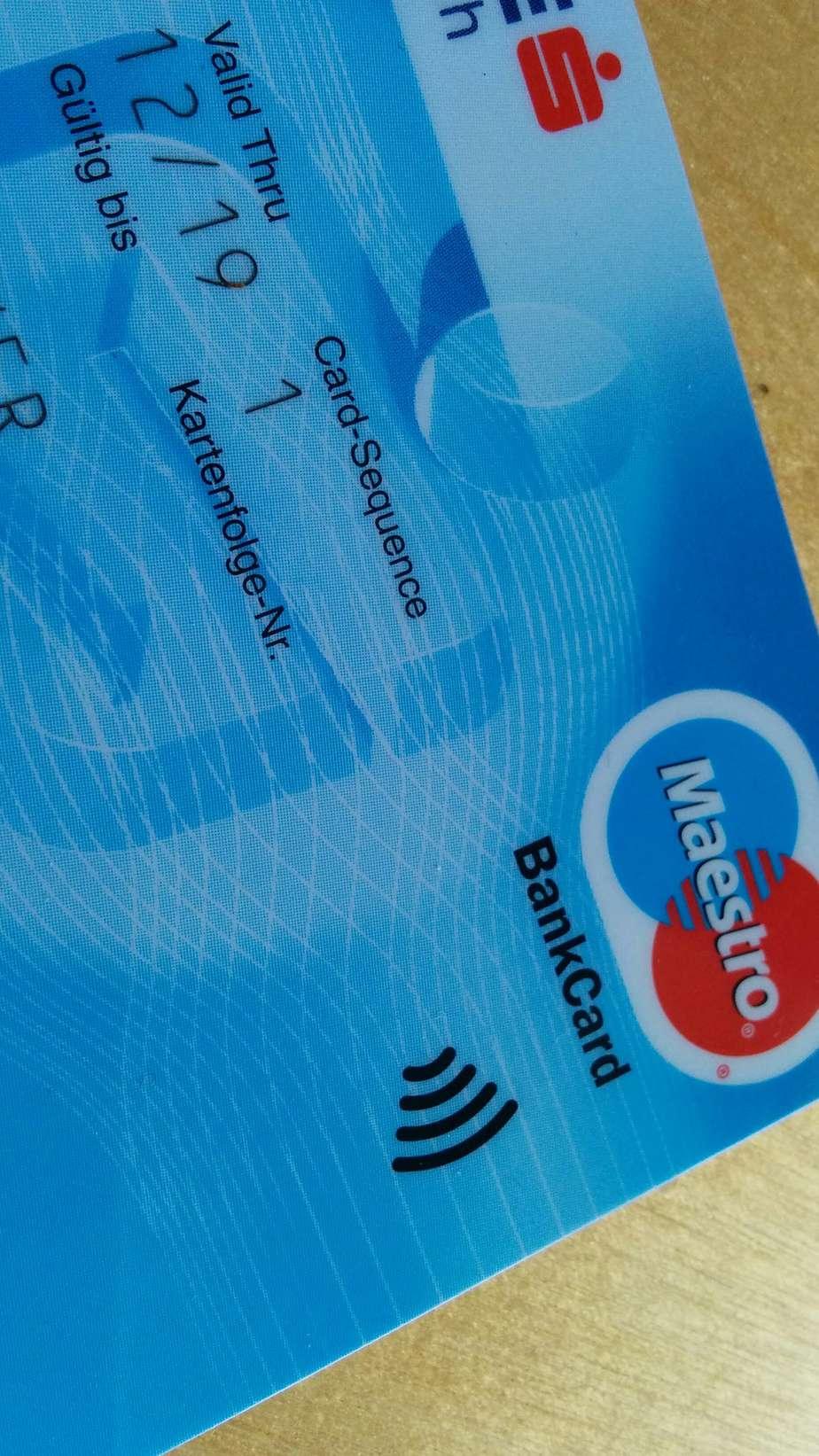 So sieht eine NFC-fähige Bankomatkarte aus. 4 geschwungene Klammern im rechten Bereich der Vorderseite der Karte.